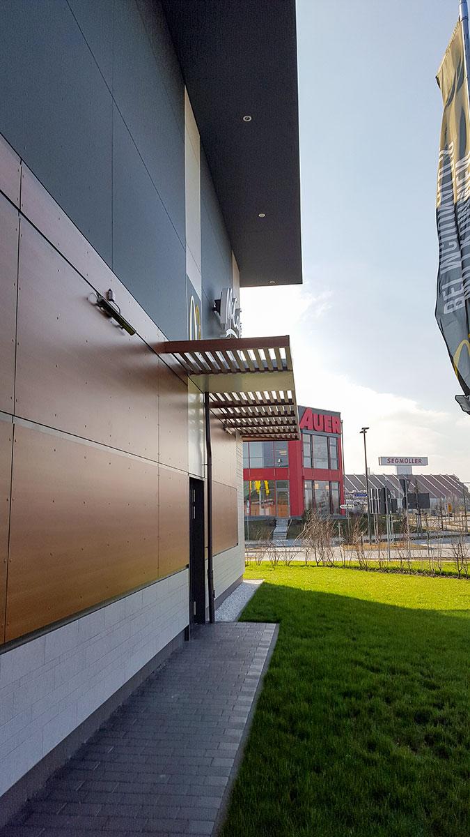 Projekte: McDonald's in Parsdorf (2015) - Komplette Glasfassade und Außenverkleidung (Fliesenverlegung bauseitig) am Gebäude