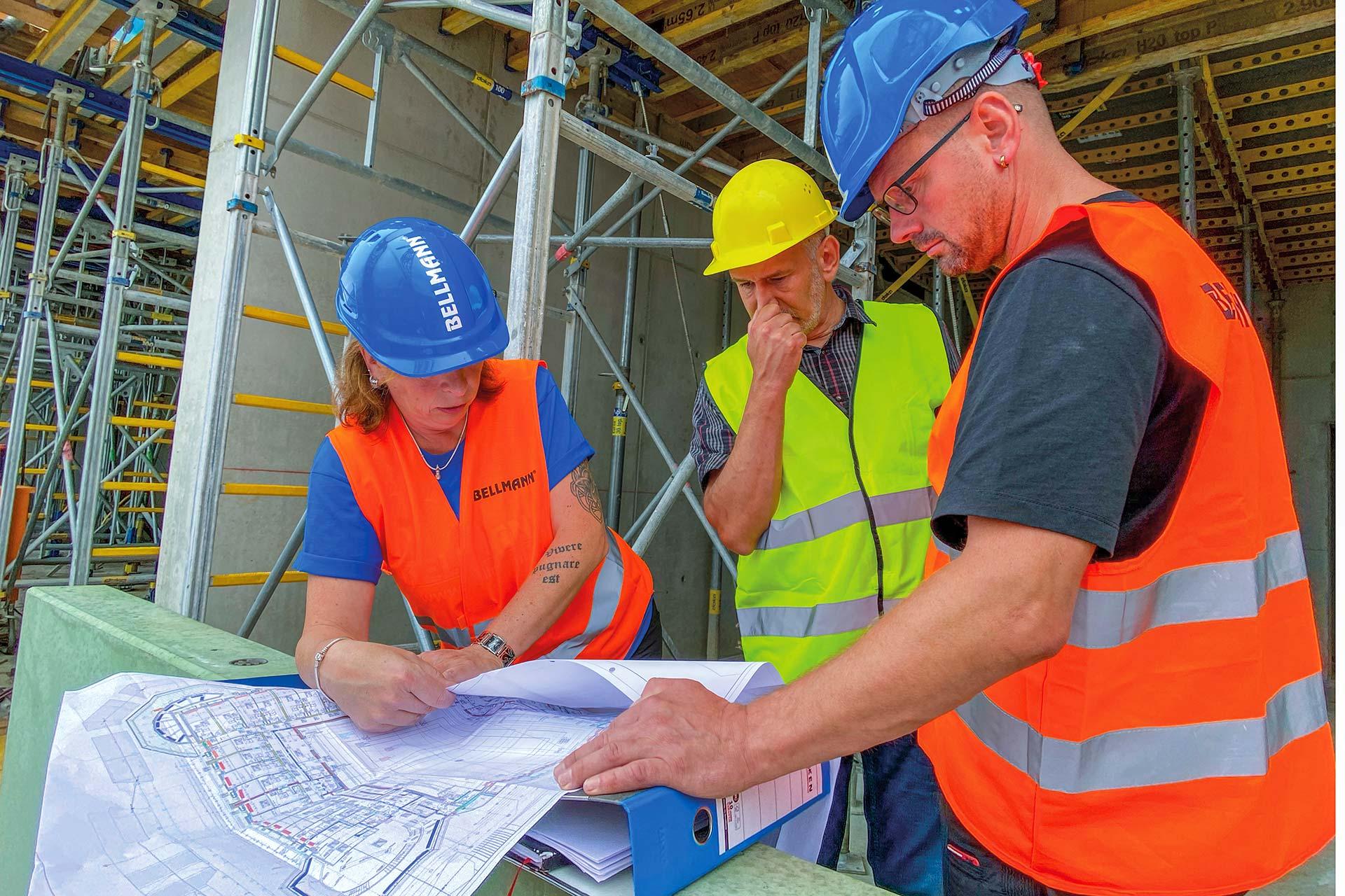 Mitarbeiter von BELLMANN auf der Baustelle