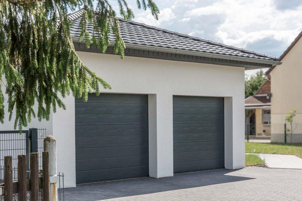 Bauelemente von BELLMANN: Zwei Garagen mit Sektionaltor