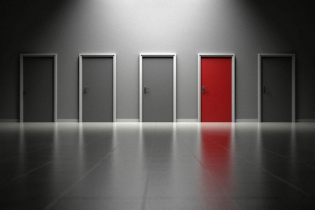Bauelemente von BELLMANN: Rote Tür zwischen grauen Türen