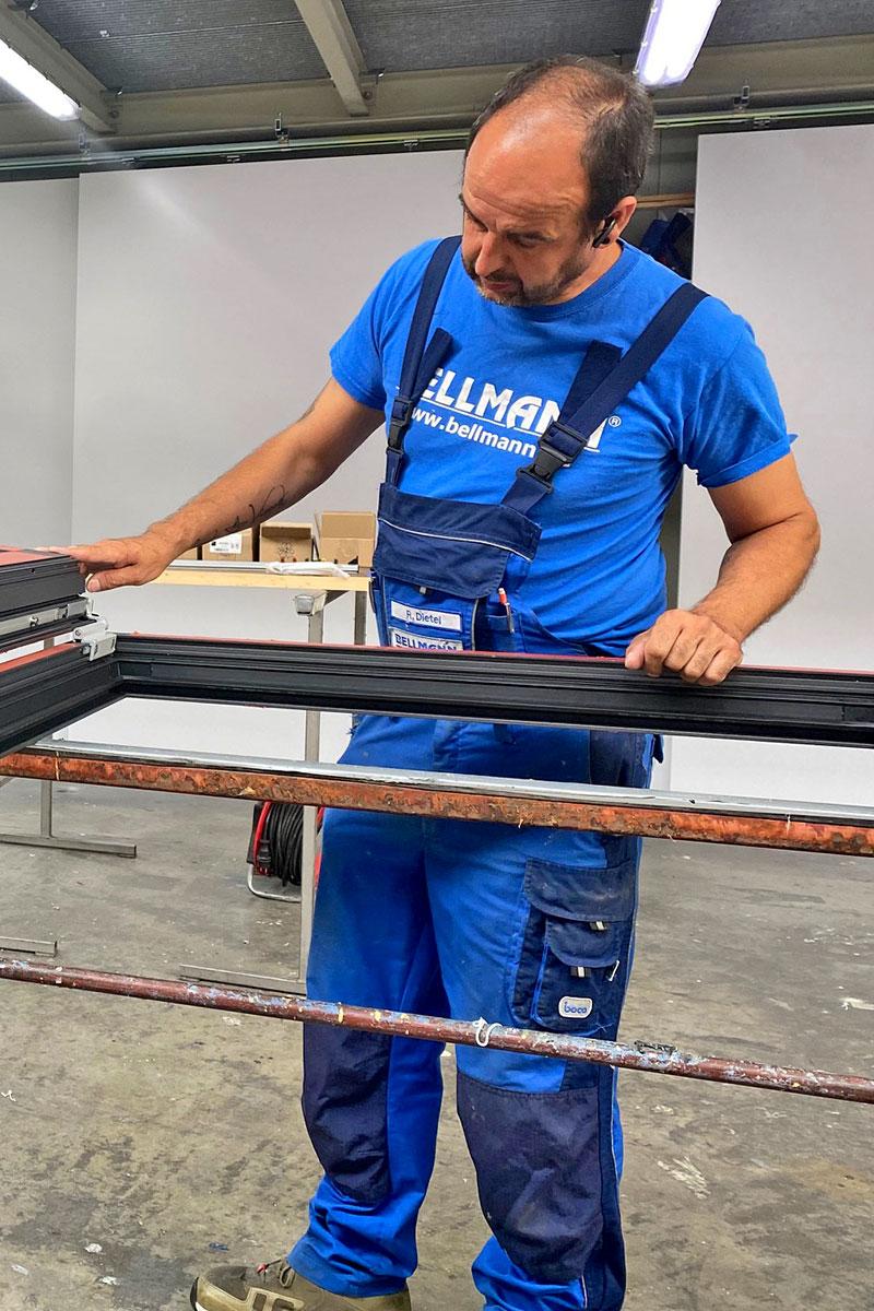 BELLMANN - Schweißfachmann bei der Fertigung einer Stahlunterkonstruktion