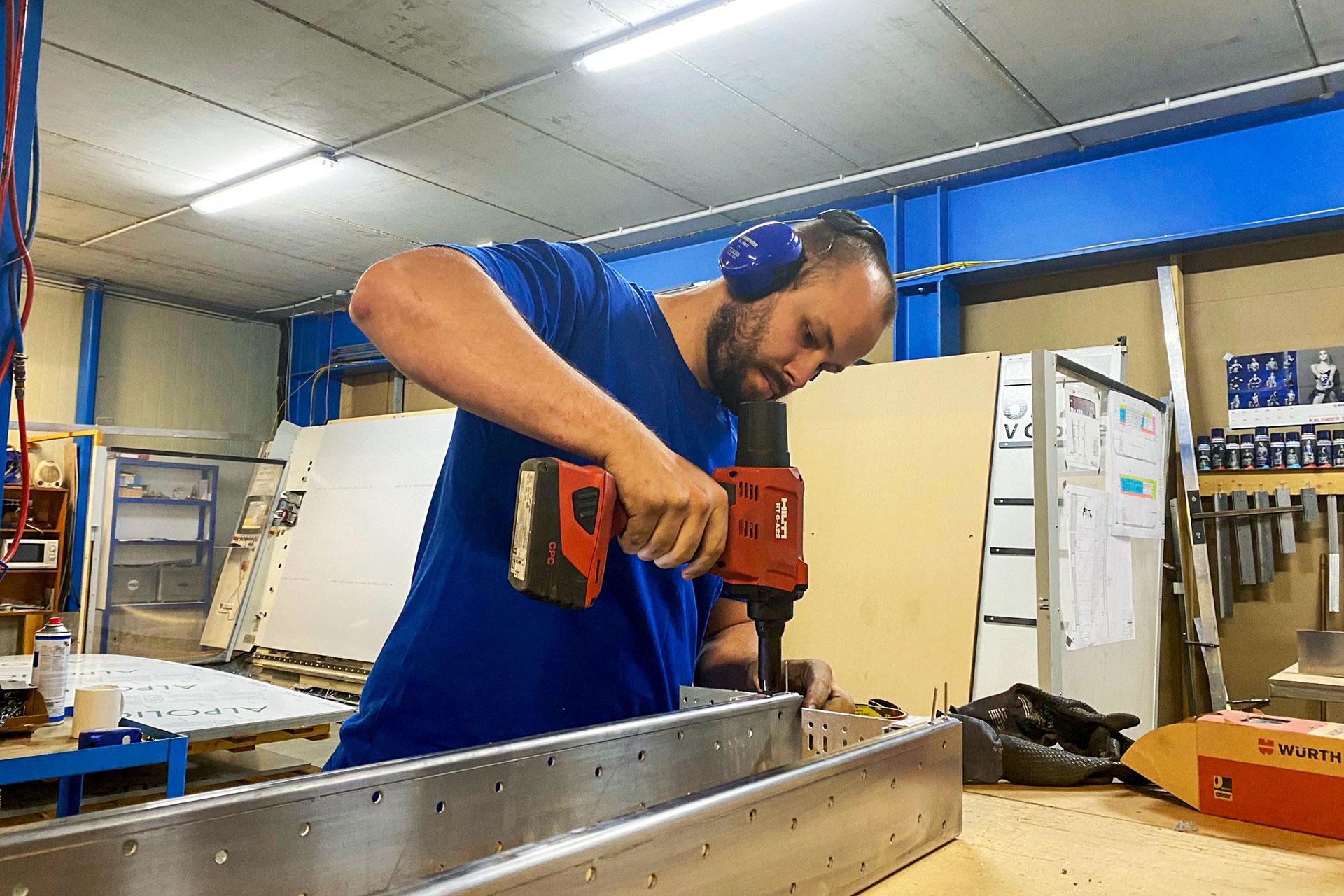 BELLMANN - Mitarbeiter bei der Montage einer Kassette für die Autoindustrie