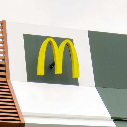 """Werbeanlagen: Lichtwerbung in Form eines gefrästen, beleuchteten McDonald's """"M"""""""